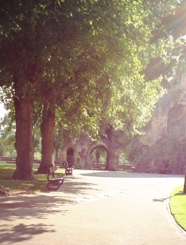 Image by  Kelly Chang , benches next to Knaresborough Castle