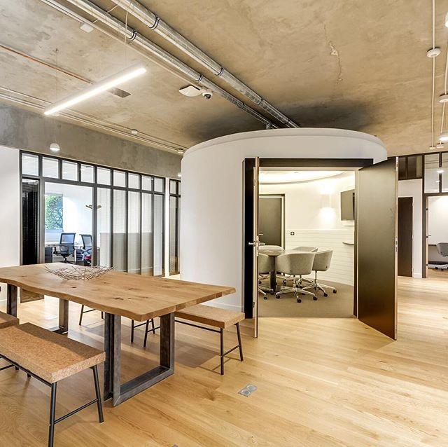 L'ambiance d'un coworking, c'est en grande partie sa décoration et son mobilier. Connaître les tendances, comme le design biophilique ou l'utilisation de matériaux de récupération, se révèle alors essentiel.  Le mobilier peut aussi être pensé comme un facteur social : témoin d'un statut ou créateur de lien (comme les bancs d'une salle de repas), essentiel dans un coworking, il contribuera au succès de votre espace de travail et dira l'âme du lieu. . . #architecte #architecteinterieur #architectedinterieur #bureaudesign #coworking #espacedetravail #bureau #video #qualite #bienetre #cosy #chaleureux #constathuissier #constattravaux #assurances #conditiondetravail #paris