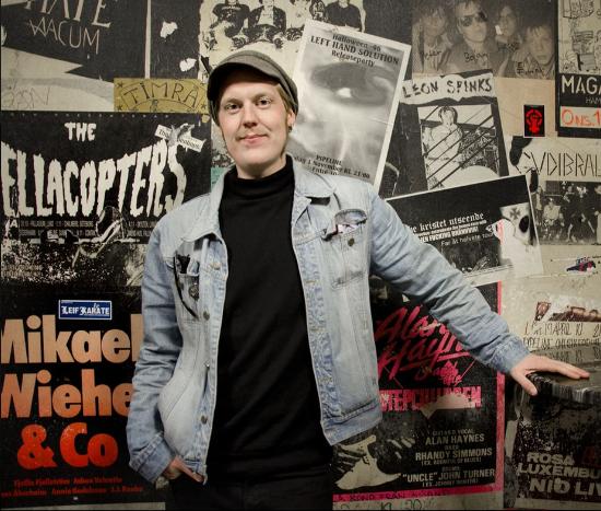 Om oss - Strange House är ett oberoende management-, produktions- och bokningsbolag med bas i Göteborg. Idén med Strange House är att arbeta med artister vi själva hade bokat till vårt arrangemang. Strange House arbetar uteslutande med professionella musiker och band med starkt publikunderlag och som har sin bästa tid framför sig.Strange House besitter en mångårig erfarenhet av arbete inom livemusik och produktionsledning, främst som arrangör av både större och mindre evenemang. Vi erbjuder -utöver att vara bokningsagent för några av landets mest spännande akter- också tjänster som turnéledare för band samt scenchef för klubbarrangemang och festivaler.- Niklas BjärmkvistStrange House