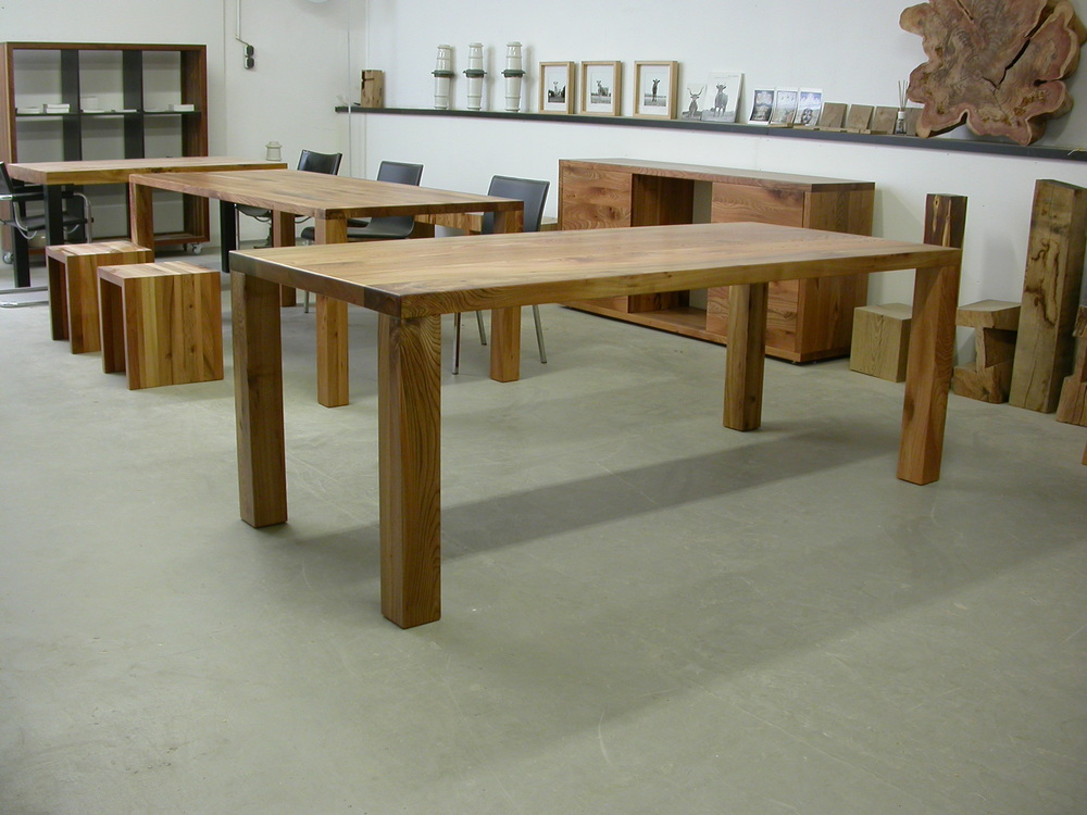 Tisch Modo, aus Rüster, Maße 220 x 90 cm Platte 5 cm, Beine 9 x 9 cm. 1.650 Euro inkl. 19% Umsatzsteuer, ab Werkstatt.