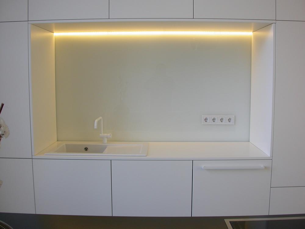 Küchenwand mit weiß lackierter Glasplatte