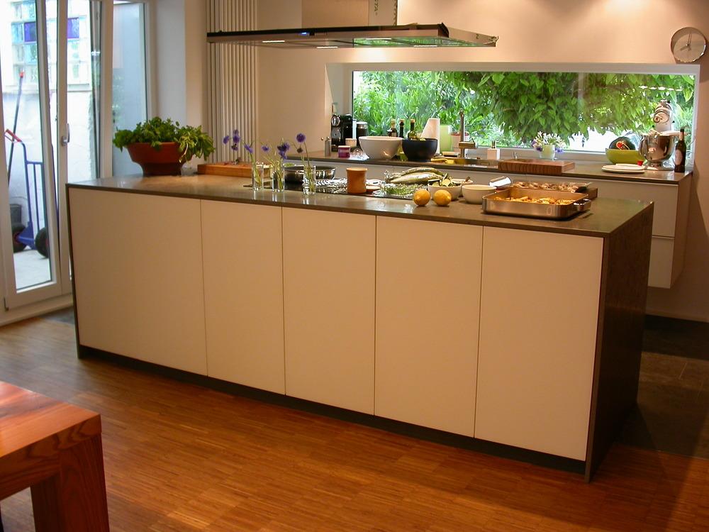 Küchenblock Vorderseite Türen mit Tip on Türöffnern, Rückseite mit Schubladen.