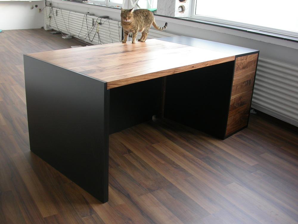 Schreibtisch aus amerikanisch Nussbaum und schwarzem MDF ( Valchromat) mit Katze. Preis 2350 Euro