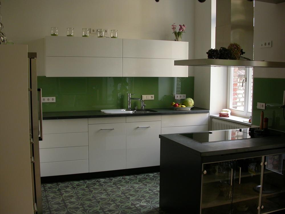 Küchen L Zeile mit Hängeschrank und Hochfaltklappe, Block aus sw. MDF, Glas und Schiefer.