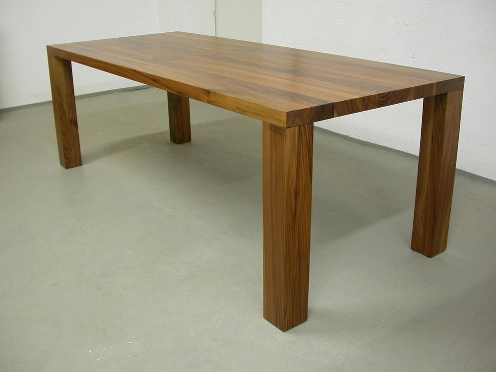 Tisch Modo aus amerikanischen Nussbaum. 220 x 90 x 75 cm, Plattenstärke 5 cm Preis 2200 Euro inkl. 19% Umsatzsteuer, ab Werkstatt.