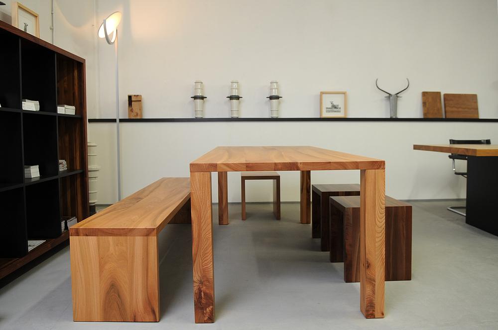 Tisch Modo, Bank Joseph und Hocker aus Rüster und Nussbaum.