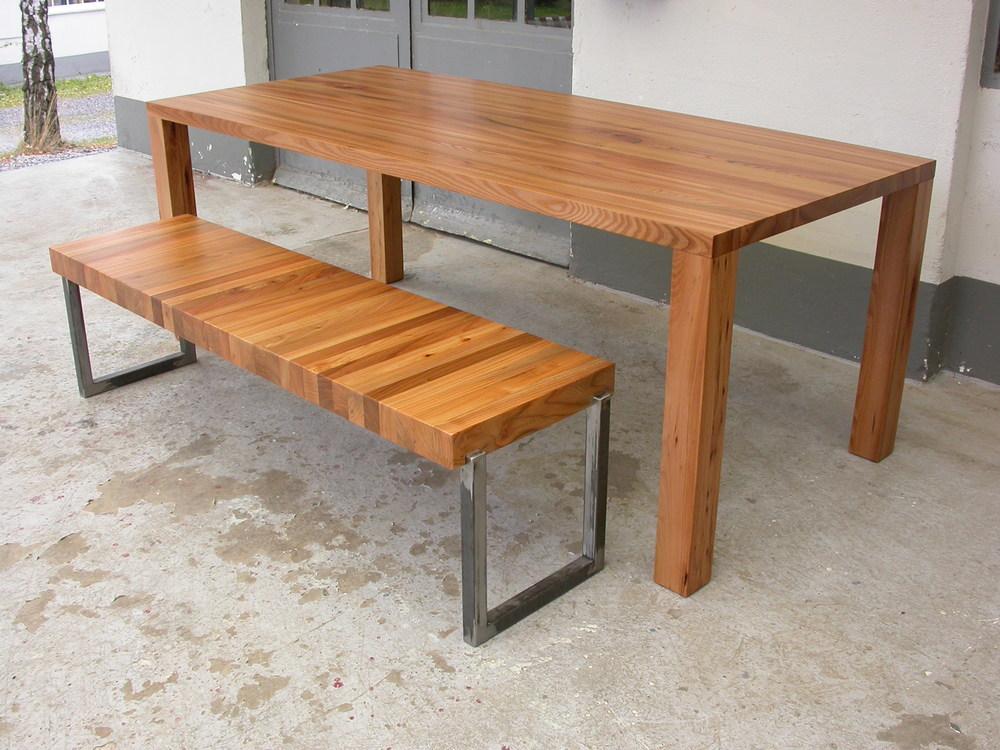 Tisch Modo, aus Rüster, Maße 220 x 90 x 75 cm, mit Bank Longulimi aus Rüster und Stahl.