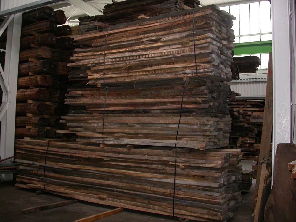 Auf uns wartender Rüster Holzstapel.