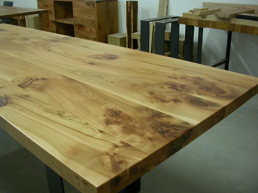 Sensationelle Rüster Tischkante mit vielen Ästen - nicht jeder Tisch von uns sieht so aus!