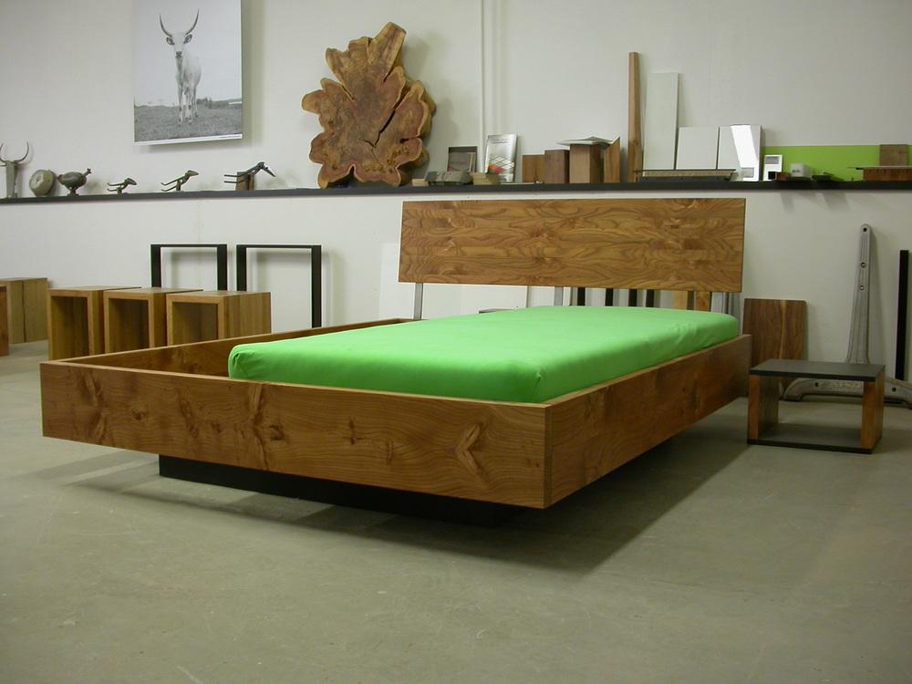 Bett Fatou aus Rüster (Ulme) und schwarem MDF 160 x 200 cm