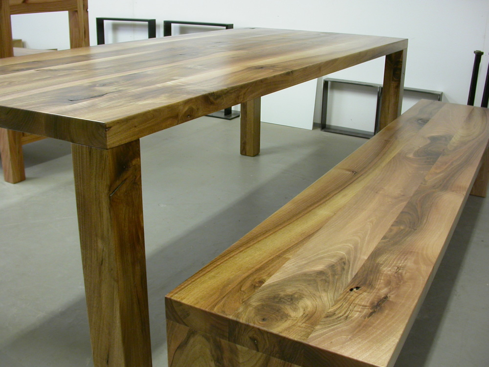 Tisch Modo und Bank Joseph aus europäischem Nussbaum, auf Anfrage.
