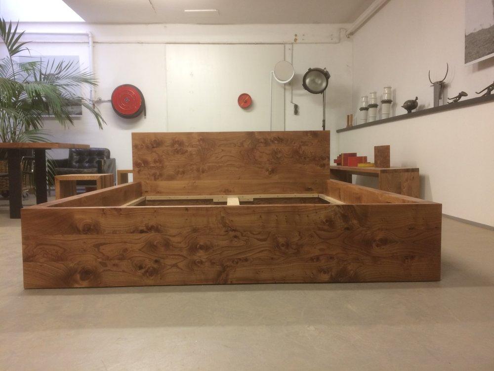 Bett Cortina aus sagenhaftem Rüster/Ulme, Frontansicht