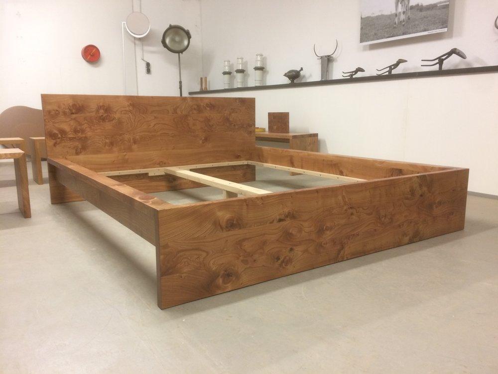 Bett Cortina in unserem Showroom, aus besonders schönem Rüster/Ulmenholz