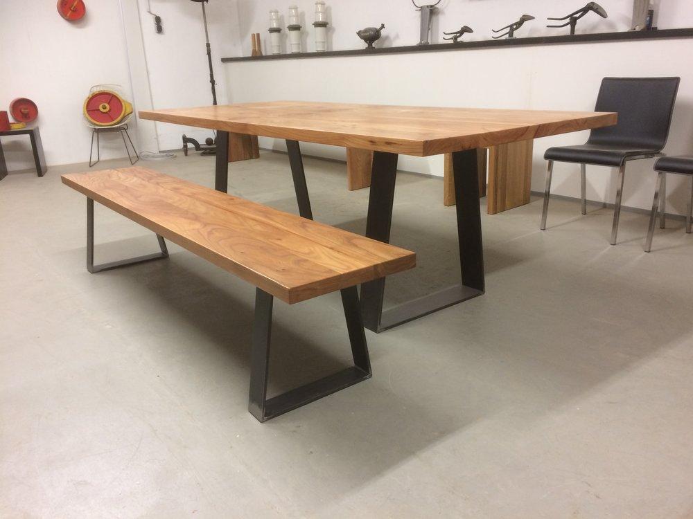 Tisch Sid mit Bank aus Rüster / Ulme und Stahl