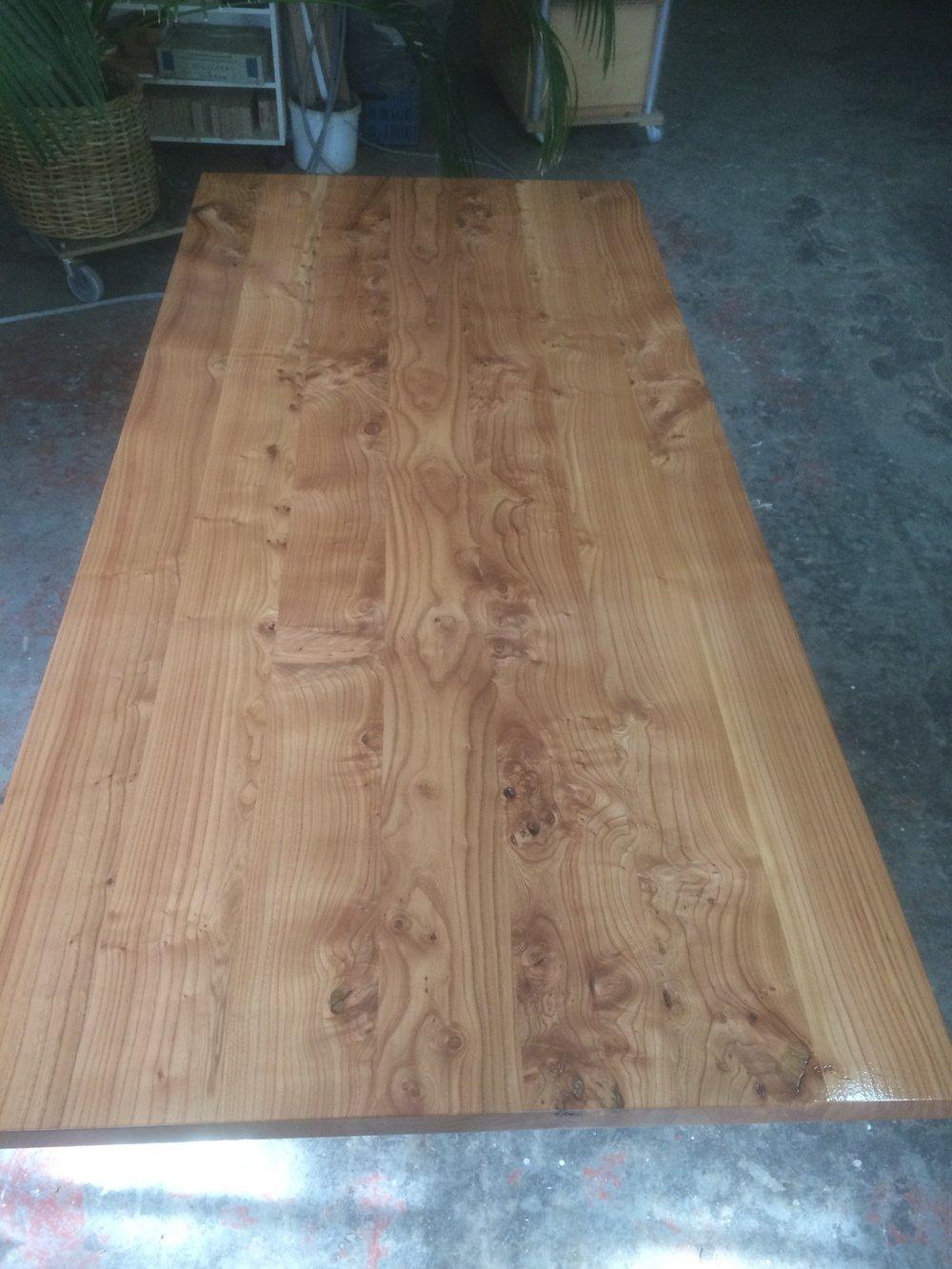 Tischplatte aus Rüster mit wundervollen Ästen und Röschen, für den Tisch SID fertig geölt