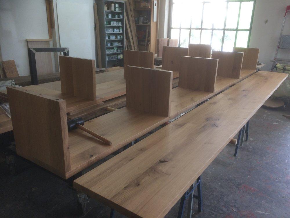 Ein Regal für LPs wird montiert - Asteiche - sehr lange Asteiche