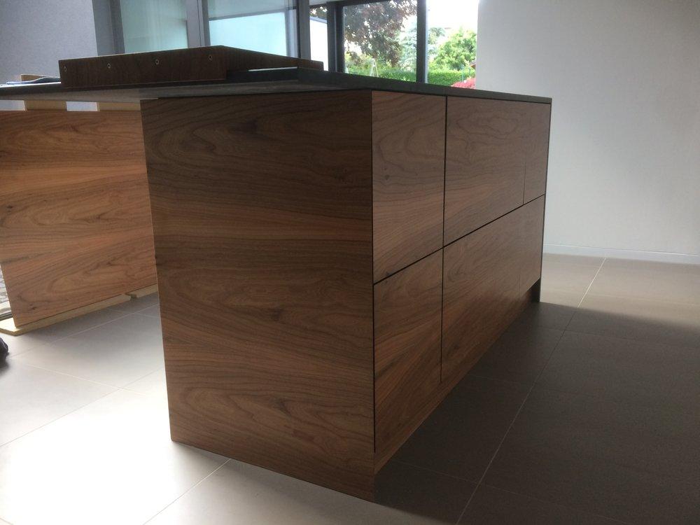 Küchenblock in Arbeit - Rüster und Valchromat und Nero Assoluto