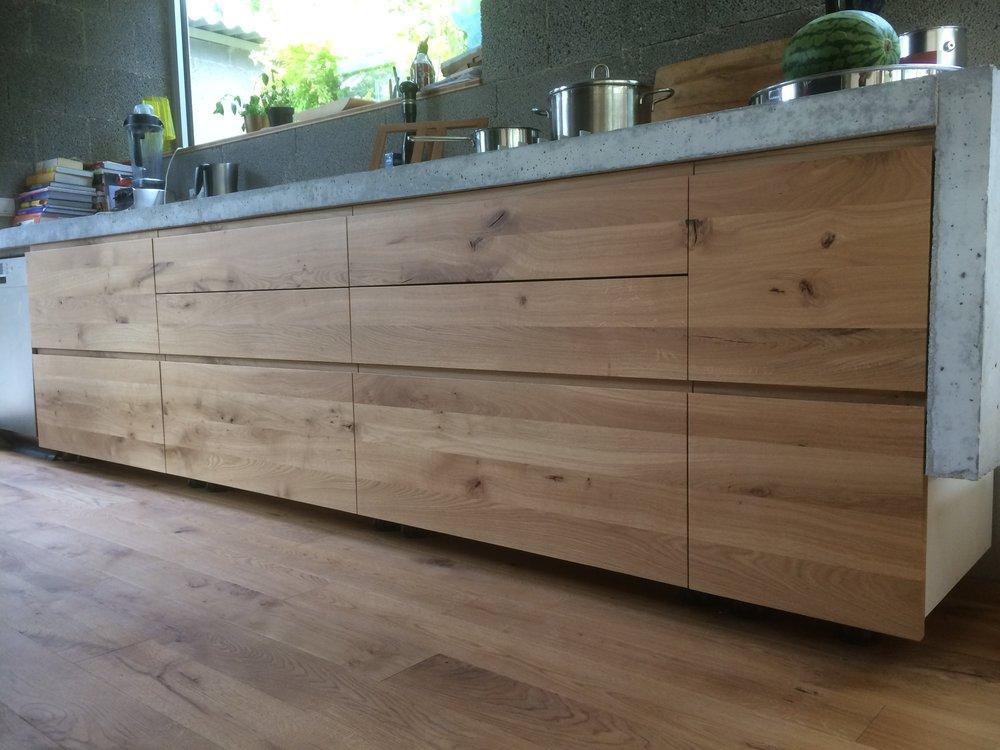 Schöne Küchenzeile aus Asteiche mit durchgehendem Griffausschnitt