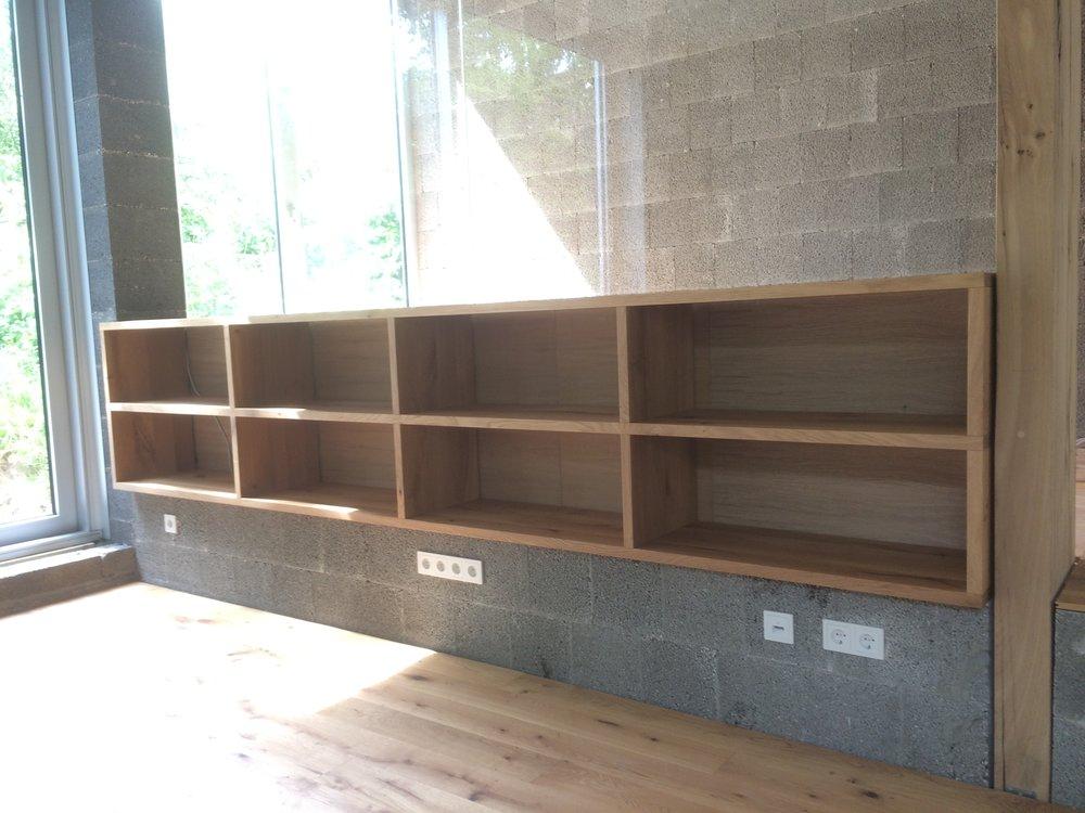 Langes Regal zur Aufnahme von Langspielplatten - ca 370 cm lang.