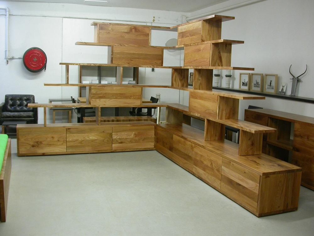 Showroom Luckner Möbel und Objekte in Aachen NRW - Regalsystem aus Rüster / Ulmenholz