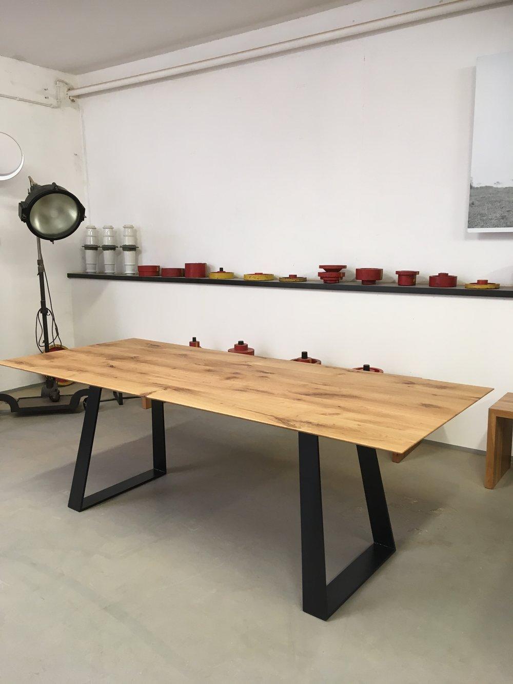 Unser neuster Kufentisch aus Asteiche und Stahl.