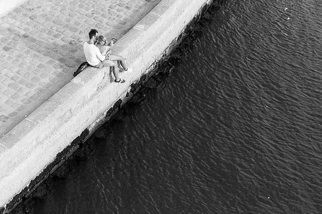 Paris. #streetstyle #streetlife #streetphotography #streetphoto_bnw #analoglove #nikon #paris #seine