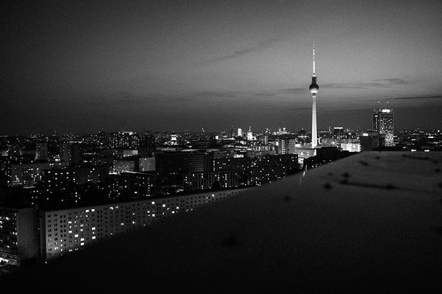 Himmel über Berlin. #berlin #streetphotography #streetstyle #sky #blackandwhitephotography #nightphotography