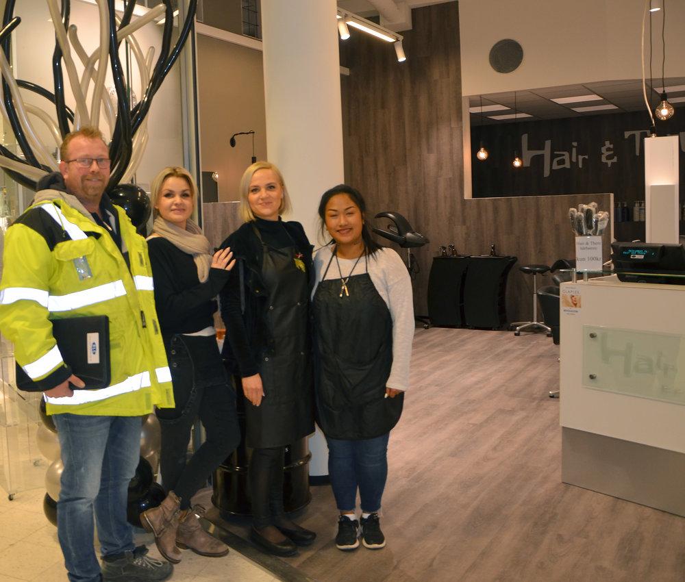 Byggeleder Roald Rege Olsen sammen med fornøyde frisører i Hair & There på Maxi
