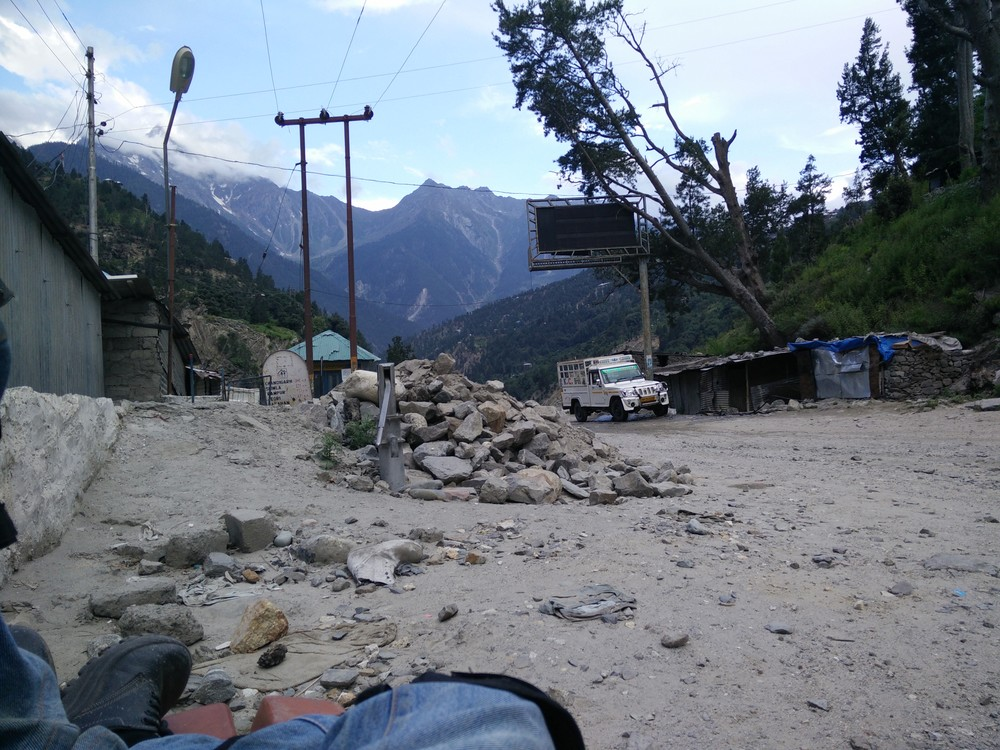 A scissor appears on the road here, one leading to Kalpa, other to Nako