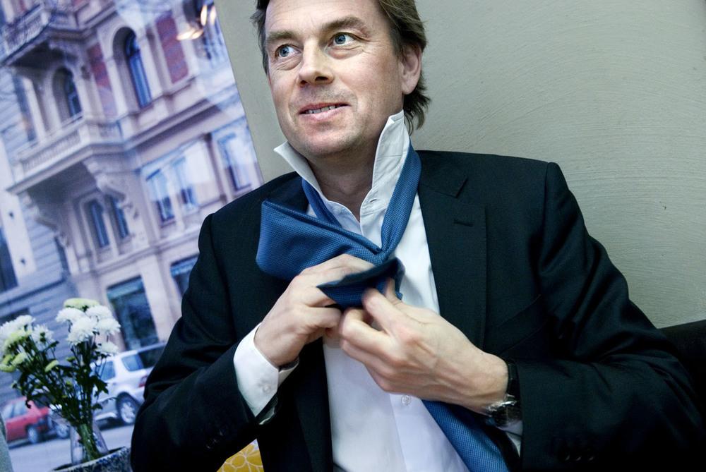 Pressbild för Swedbank för några år sedannär deras nuvarande VD Michael Wolf tillträdde. Ung, kaxig, knyter på sig sig slipsen för sitt nya jobb. Inte alla företag hade kunnat tänka sig en sådan pressbild. Men vilka bilder tittar man längst på?