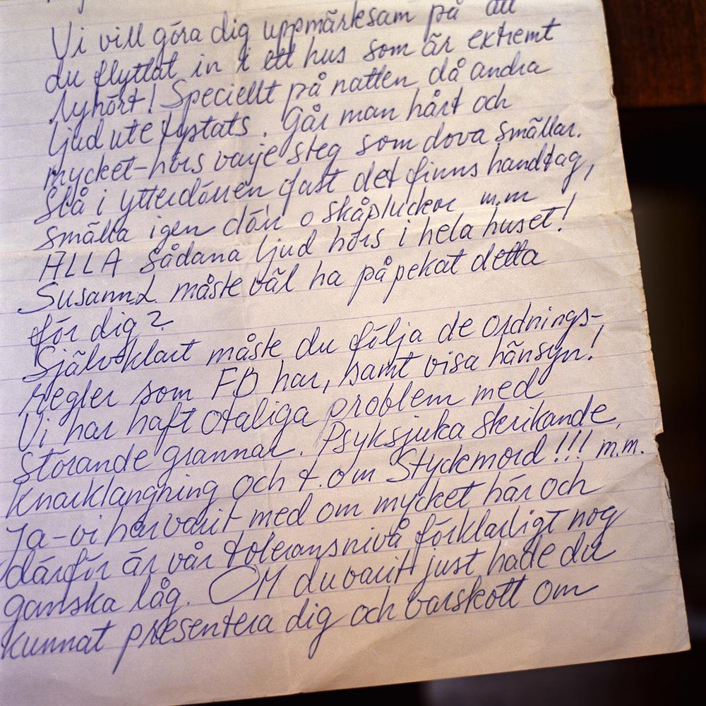 En gång hyrde jag en lägenhet i andra hand i Gamla Enskede och fick besök av en 1,5-åring ett par timmar. Dagen efter fick jag detta brev av en granne över mig. Håll musen över bilden så stannar den så du hinner   läsa.