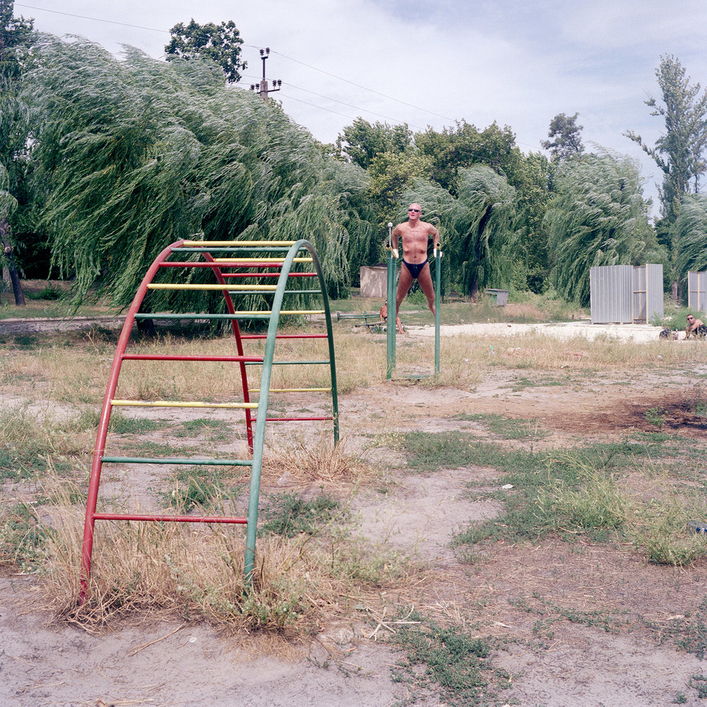 På jobbresa i Ukraina 2007 gjorde jag en tripp österut till Donetsk. I lekparken passar en stark man på att träna lite framför kameran.