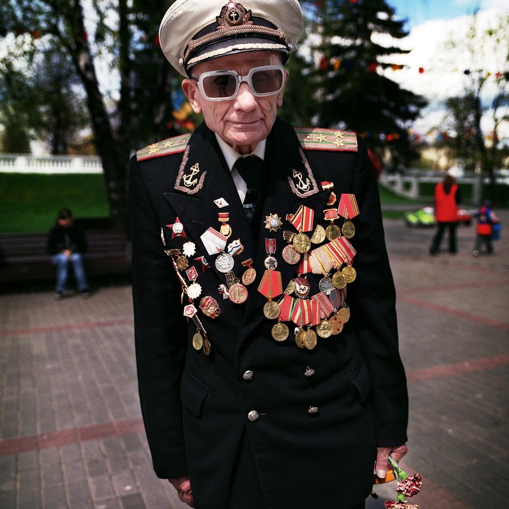 Flottans man Nikolaj Novikov Fjodorovitj träffade jag i Minsk 2004, den 9 maj då slutet på   andra världskriget firas, eller Det stora fosterländska kriget som det heter där. En veteran en bra bit över 90 år och pigg på att porträtteras med sina medaljer.