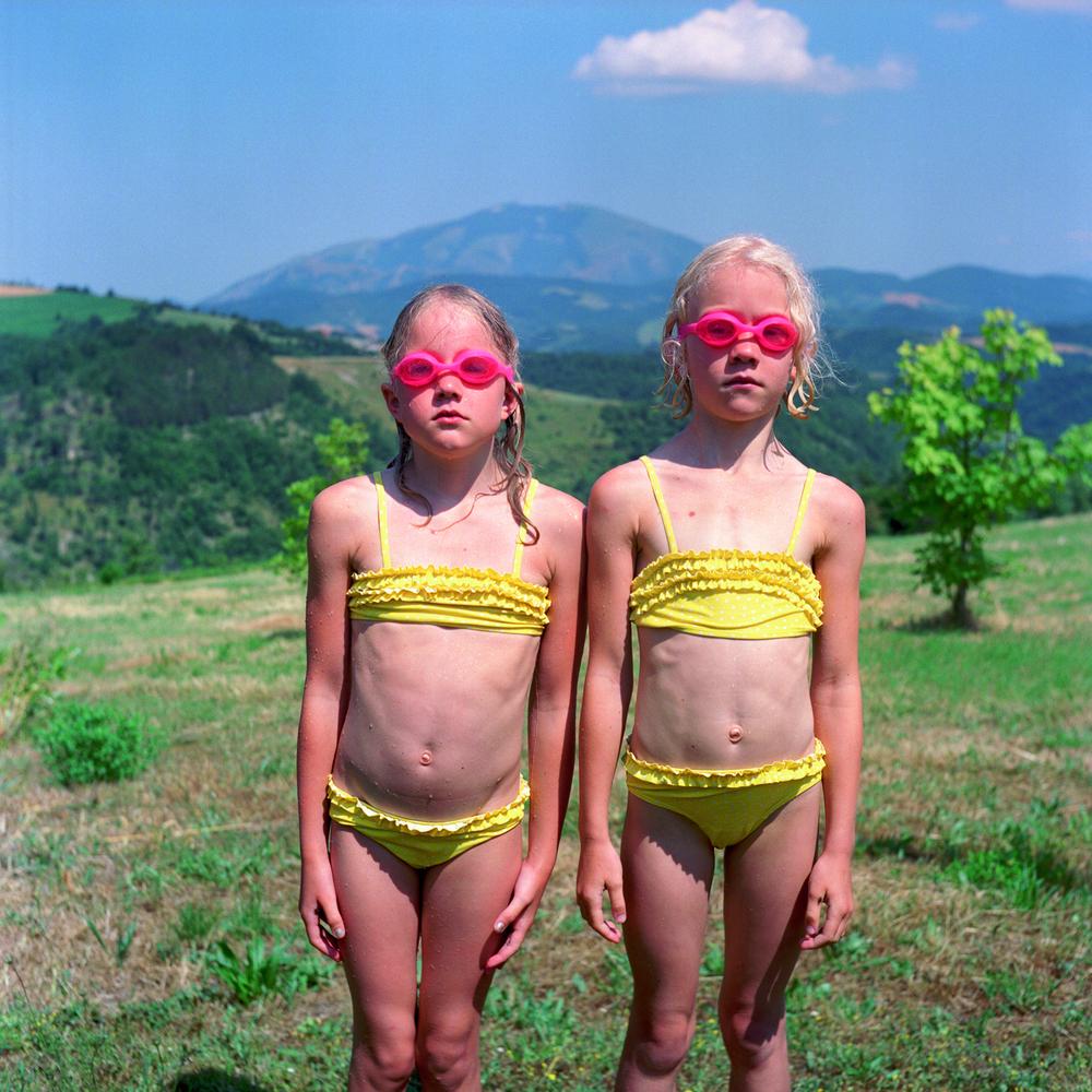 Flickor med simglasögon. Italien.