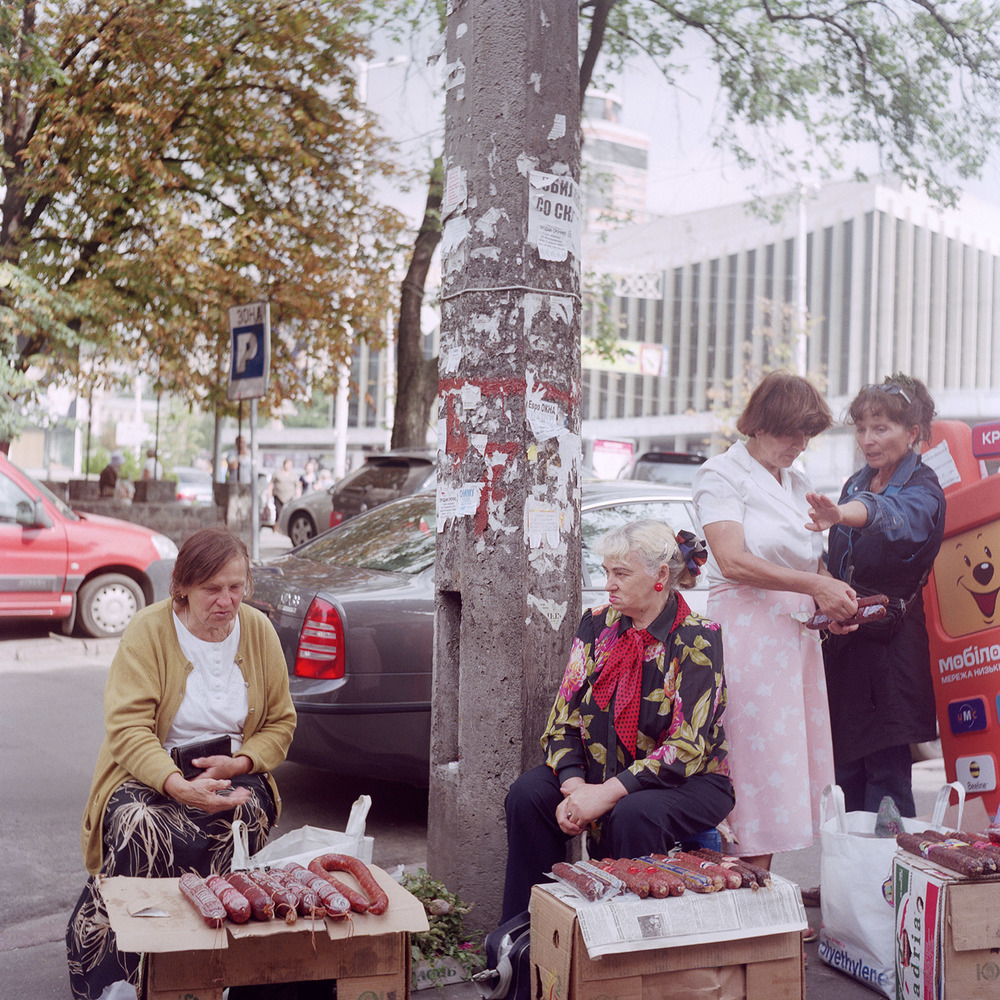 Arga damer sköter korvförsäljning i Kiev, Ukraina.