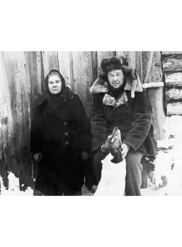 "5.11 ┆     Aleksandr Solzhenitsyn with the mistress of the house at Davydovo, ""Matryona the   Second"".    31 January 1968"