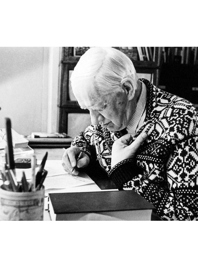 6.1 ┆   Korney Chukovsky at his desk.   1960s
