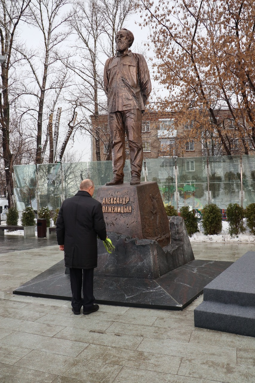 11 December 2018. Russian President Vladimir Putin lays flowers at the new Moscow monument to Solzhenitsyn.