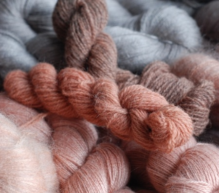 Wool fibres and yarns are de-mystified by Julia Billings of Woollenflower.