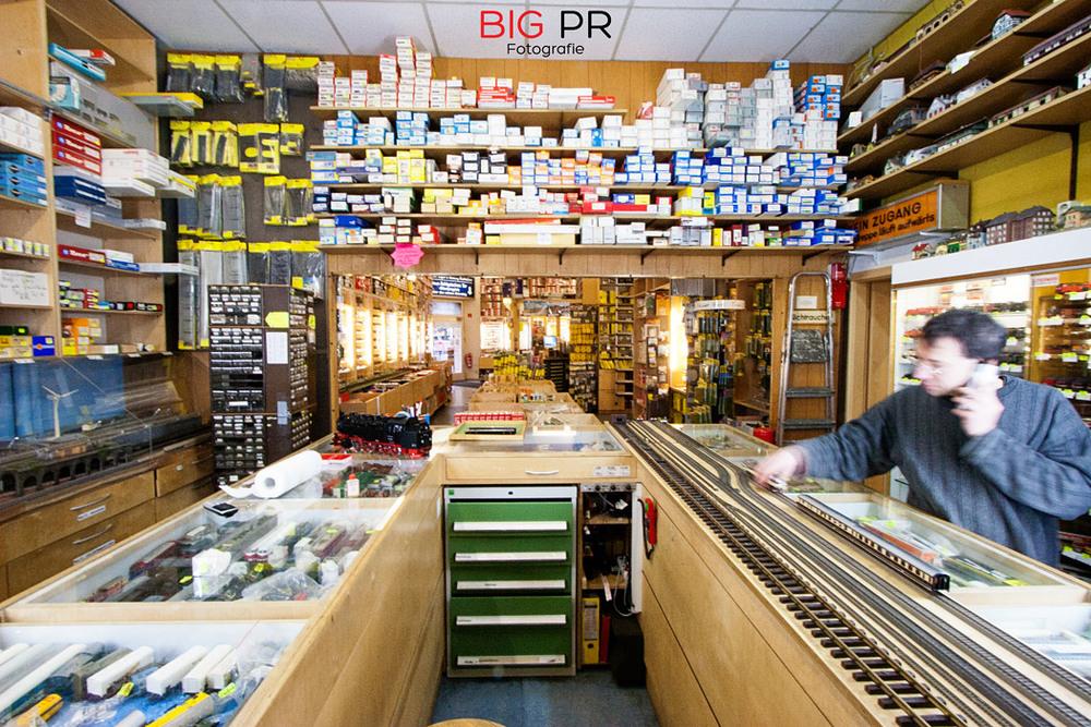Die Abteilung für Second-Hand Ware mit der Teststrecke (links)