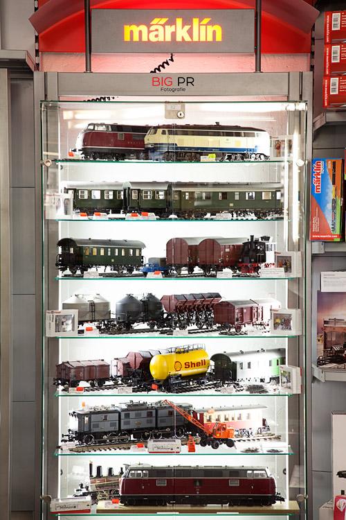 Ansprechend und sehr chic beleuchtet werden die Lokomotiven von Märklin in einzelnen Vitrinen offeriert.