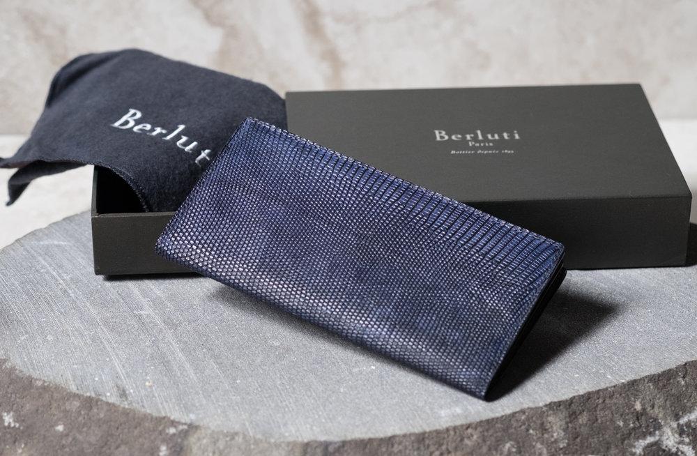Lizard Wallet by Berluti   Sin dal 1985, Berluti ha coltivato il suo stile unico associando audacia, fantasia e classicismo. la maestria della forma, la patina della pelle, la selezione dei tessuti e la precisione del taglio firmano il guardaroba maschile ideale. dalla testa ai piedi...