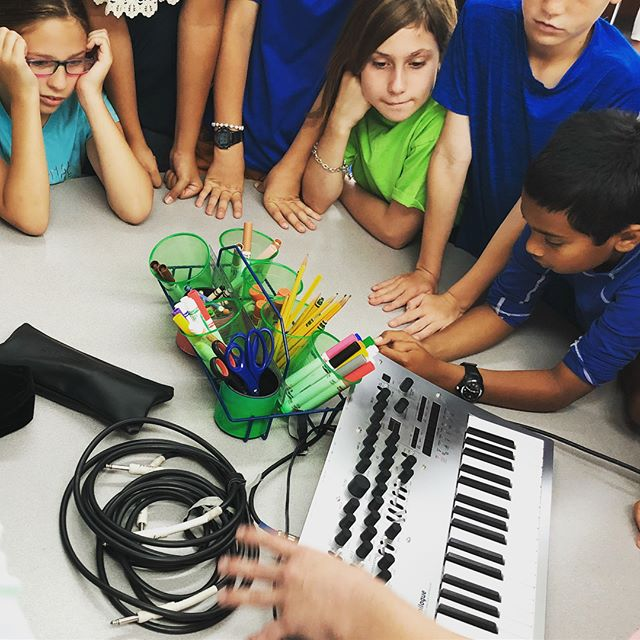 Jamming out and learning about synths! Had a ton of fun teaching the kids of @shorecrestprep with @alexbonyatamusic 😁 (ukulele jam session, rhythm games, and other cool music stuff not pictured here)