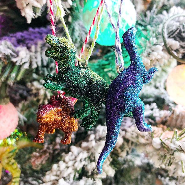 Christmas crafts: glittery dinosaur ornaments for the boy's tree in his room. #christmascrafts #makersgonnamake #designlife #boymom #dinosaurs #christmasdiy #charlestonblogger