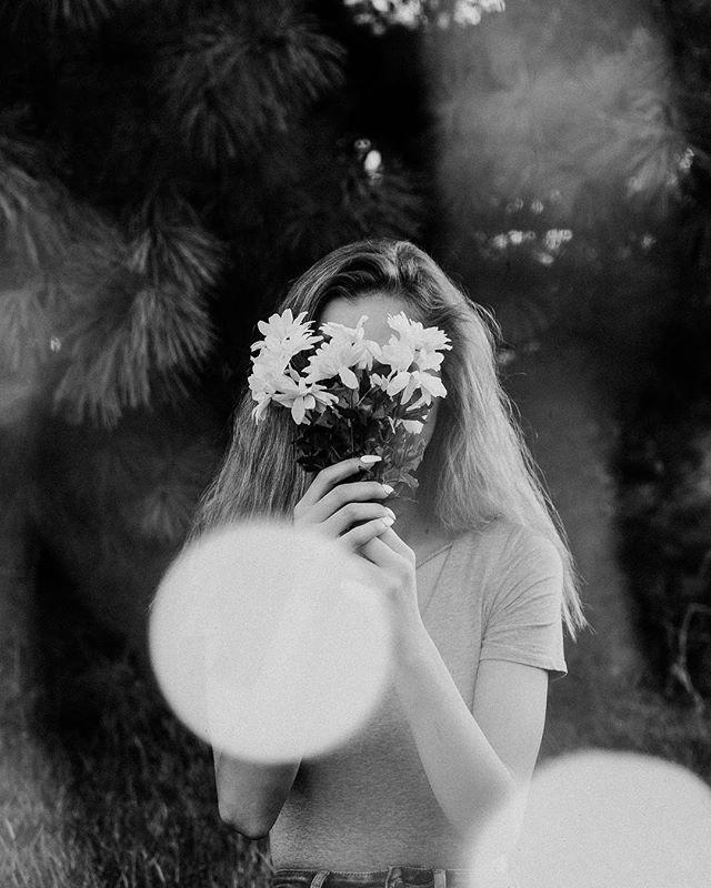 Wild flower 🌺  #seniorpictures #seniorpics #flowers #senioryear #seniorphotographer #midwestphotographer #classof2018 #nature #bellevuewest #twistedlensphotography #tlpseniors #tlp #blackandwhitephoto