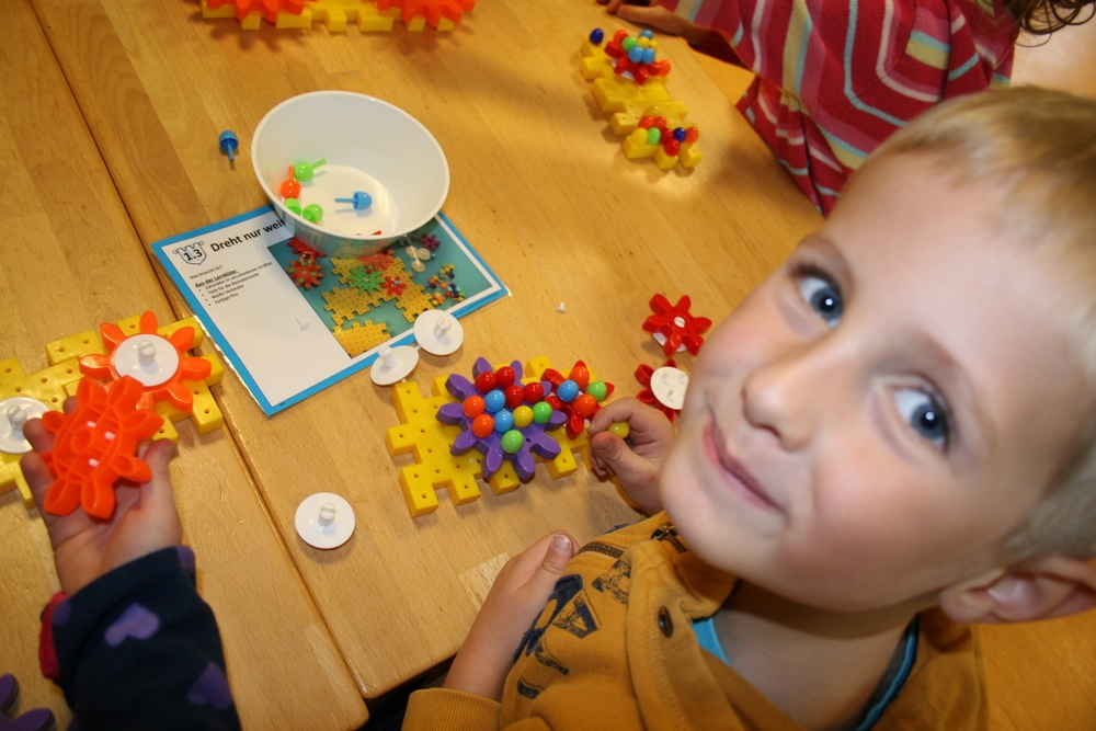Experimente im Kindergarten mit den Technik Türmen: Der Materialwagen mit Technik-Baukästen und Experimentierkoffern für Kindergarten & Vorschule.