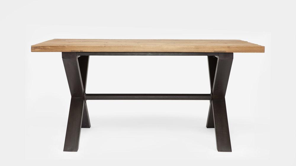 Mesa de comedor, con sobre madera y estructura cruceta en hierro.
