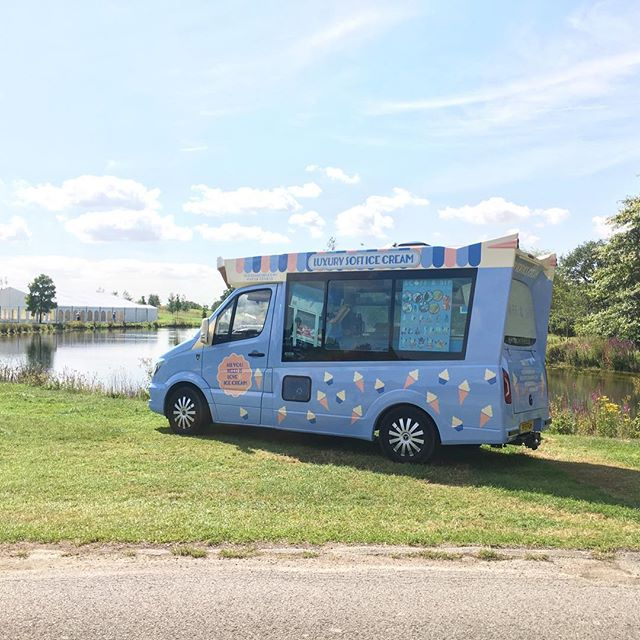 Beautiful spot by the lake today for our #vintage inspired ice cream van Skye ☀️ 🌻🍦#icecreamvan #softicecream #eventcatering #mobilecatering #vintageicecreamvan