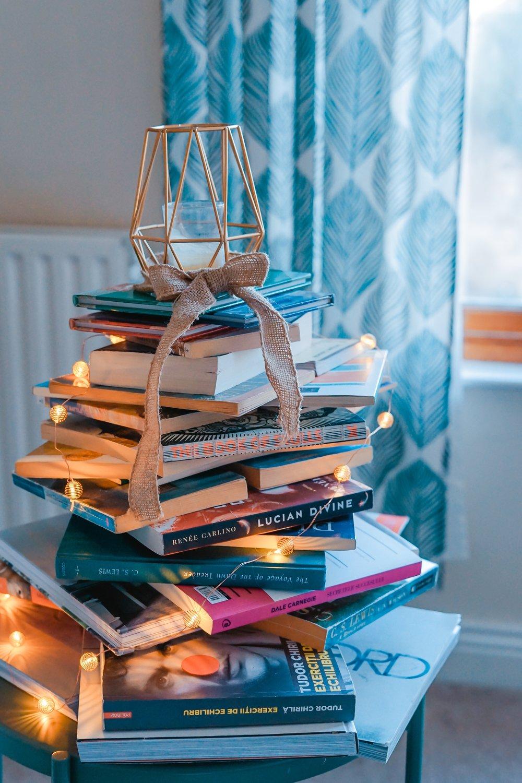 """Chris Guillebeau – The Happiness of Pursuit, Harmony Books, 2014      Dès le titre, les choses sont prises à contrecourant. L'auteur nous oblige à renverser notre point de vue et donc notre perception des choses. Nous avons tellement l'habitude d'être  à la poursuite du bonheur  qu'il nous provoque en nous interrogeant sur le  bonheur de poursuivre (une quête) .  L'auteur,  Chris Guillebeau  est déjà bien connu pour ses autres ouvrages : Born for this (2016), The $100 Startup (2012), The Art of Non-Conformity (2010) et plus récemment : Side Hustle (2017).      Chris Guillebeau est un non-conformiste qui sait et aime provoquer . Il commence son livre en expliquant ce qu'une quête peut représenter. C'est dans sa propre quête de mieux comprendre le monde qu'il a décidé de visiter tous les pays du monde. Oui. Tous. Soit 195 pays en 10 ans. Sa première découverte est qu'il n'est pas le seul à avoir une quête et que cela existe depuis des générations et sur tous les continents. Les hommes (et les femmes!) du monde entier cherchent à donner un sens à leur vie. Peu importe la manière et le but, partir en quête fait de nous de meilleures personnes.  Dans ce livre, Chris explique comment sa propre quête peut servir celle des autres et comment s'y prendre. Cela paraît simple : de l'imagination, du courage et une bonne dose de résilience face aux obstacles (grands et petits).  J'aime qu'il commence son premier chapitre par une citation du Seigneur des Anneaux :  « it's a dangerous business, Frodo, going out your front door. You step out on to the road, and if you don't keep your feet, there's no knowing where you'll be swept off to ."""", ce que j'interprête comme:   A risquer l'aventure, on ne sait pas où on pourrait se retrouver!   Parce que le monde d'aujourd'hui nous le permet, nous sommes de plus en plus nombreux.ses à poursuivre une quête (promouvoir le leadership au féminin par exemple!) et de vivre une vie remplie d'aventures.  Dans ce livre, Chris explique comment établir"""