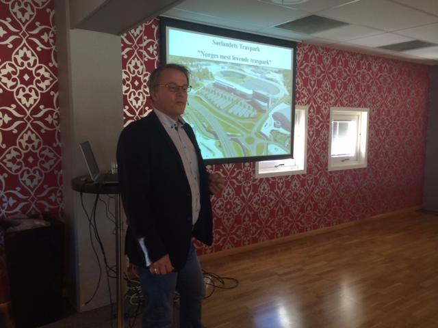 Daglig leder Kjetil Olsen informerte om driften av Sørlandets Travpark. Mobilfoto: Richard Ekhaugen.